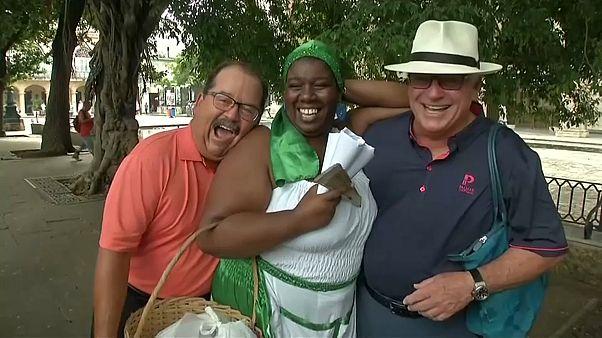 البائعون المتجولون في كوبا يحيون الغناء التقليدي لجذب الزبائن