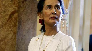 Υπερασπίζεται την καταδίκη δημοσιογράφων η Αούνγκ Σαν Σου Κι