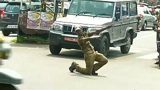 شاهد : شرطي مرور في الهند ينظم السير بحركته الخاصة!