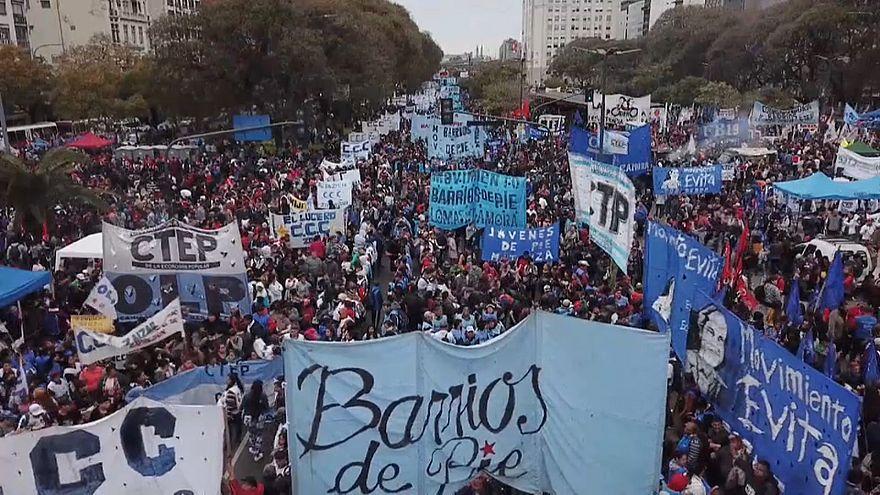 Argentinos protestam contra austeridade