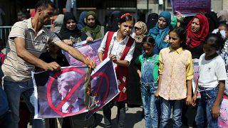 فلسطينيون يحرقون صورة ترامب في مظاهرة احتجاجا على وقف تمويل الأونروا
