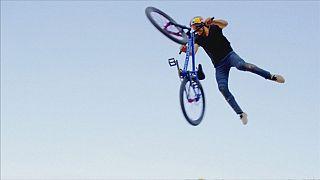 Велосипед летит и крутится