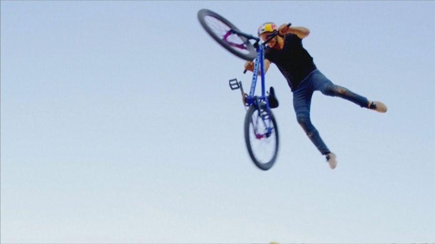 Ciclista de montanha efetua acrobacia inédita