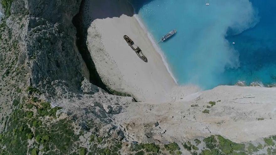 فيديو: إصابة 7 سائحين بعد انهيار صخري فوق شاطئ في اليونان