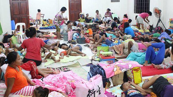 El superciclón Manghkut toca el norte Filipinas con vientos de 285 km/h