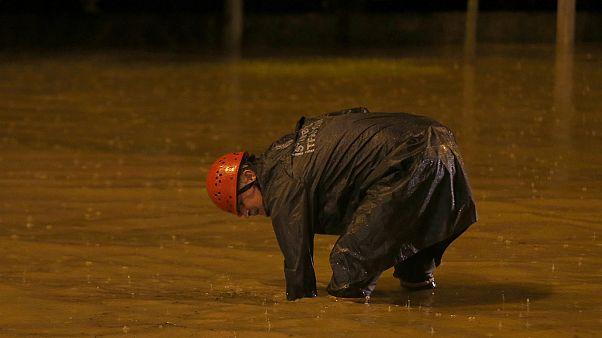 Bahçeşehir'de bazı araçlar yağışta biriken su nedeniyle geçiş yapamadı