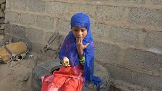أطفال اليمن يأكلون أوراق الشجر