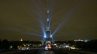 شاهد: برج إيفل يضيء بالأنوار احتفالا بموسم الثقافة اليابانية