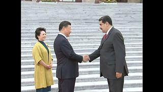 Nicolás Maduro estrecha la mano del presidente chino Xi Jinping