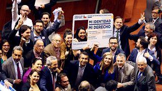 Diputados celebran la aprobación del proyecto de Ley de Identidad de Género
