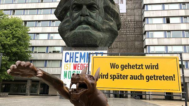 Aşırı sağcıların sembolü haline gelen Chemnitz'te Nazi selamı veren kurt heykeli dikildi