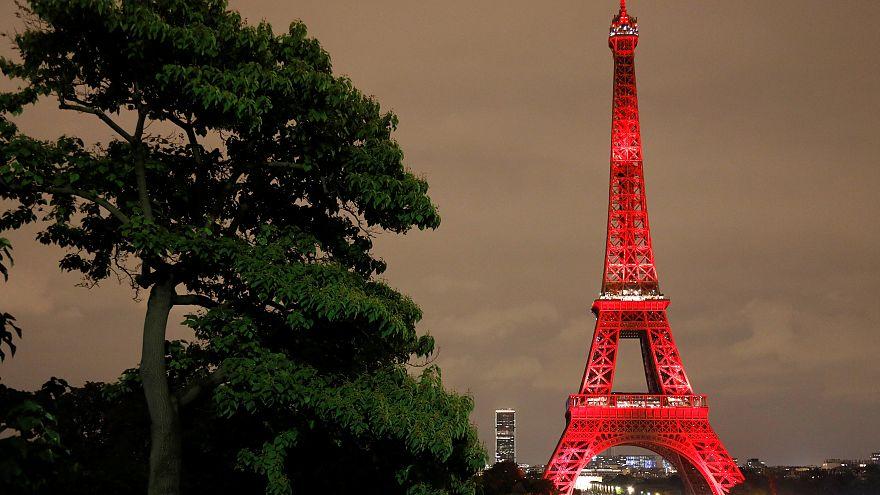 Torre Eiffel veste-se com as cores do Japão