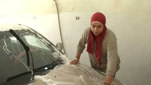 مصريتان تتحديان الرجال في مهنة غسيل وتشحيم السيارات