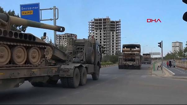 شاهد: تركيا ترسل مزيداً من الدبابات والمدفعية إلى حدود إدلب السورية