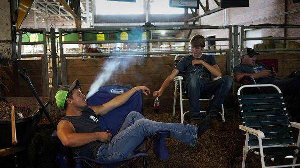 شخص يدخن سيجارة إليكترونية