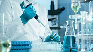 Noviçok testleri yapan laboratuarı hedef aldıkları belirlenen iki Rus vatandaşına sınır dışı