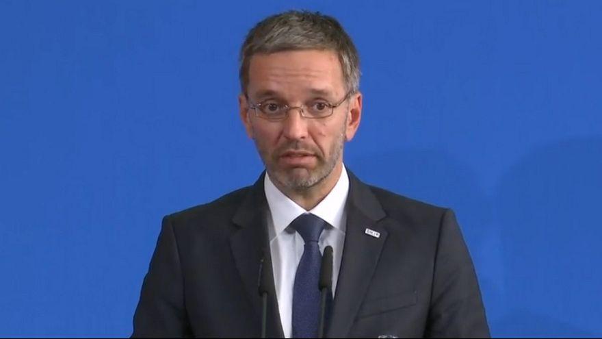 وزیر کشور اتریش: هویت شناسی و دسته بندی پناهجویان باید روی دریا انجام شود