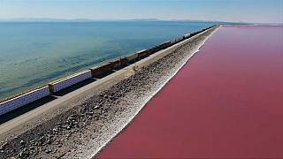 شاهد: بحيرة يوتا بلونين مختلفين