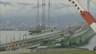 شاهد: اليابانيون يعيدون كتلة عملاقة لجسر إلى مكانها الأصلي بعد اعصار جيبي