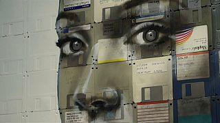 فنان بريطاني يصنع أعمال فنية من وسائط تخزين البيانات