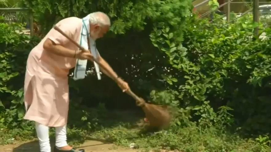 شاهد رئيس وزراء الهند ينظف مدرسة في نيودلهي