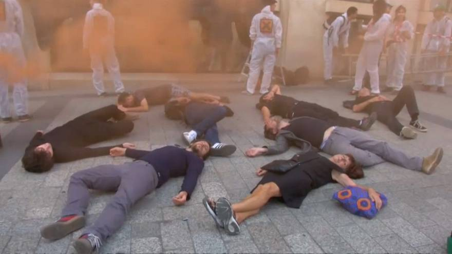 Globalizációellenes demonstráció füstbombákkal