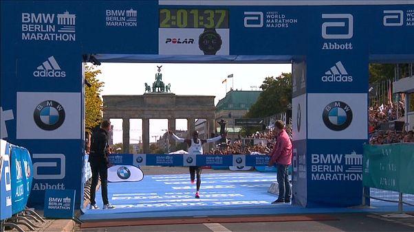"""Maratona Berlino: record del mondo per Kipchoge, 2h01'39"""""""