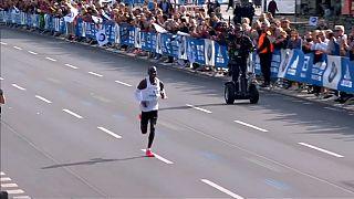 Maratona de Berlim: Eliud Kipchoge quebra recorde do mundo com 2h01:39