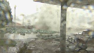 شاهد: أمواج عالية ورياح قوية في هونغ كونغ مع وصول إعصار مانكوت