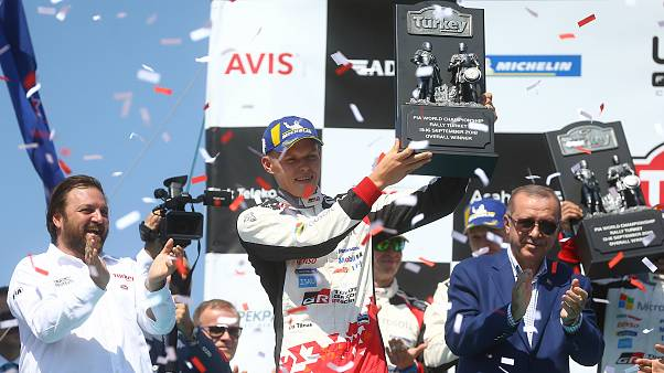 WRC: Türkiye Rallisi'nde Ott Tanak birincilik kupasını Erdoğan'ın elinden aldı