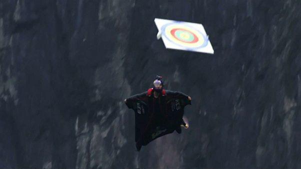 300 metreden atlayan 'wingsuit' atletleri bedenleriyle hedefi vurmaya çalıştı