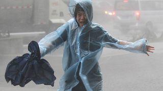 """الإعصار """"مانكوت"""" يصل برَّ الصين بعد أن تسبب بدمار في الفلبين"""