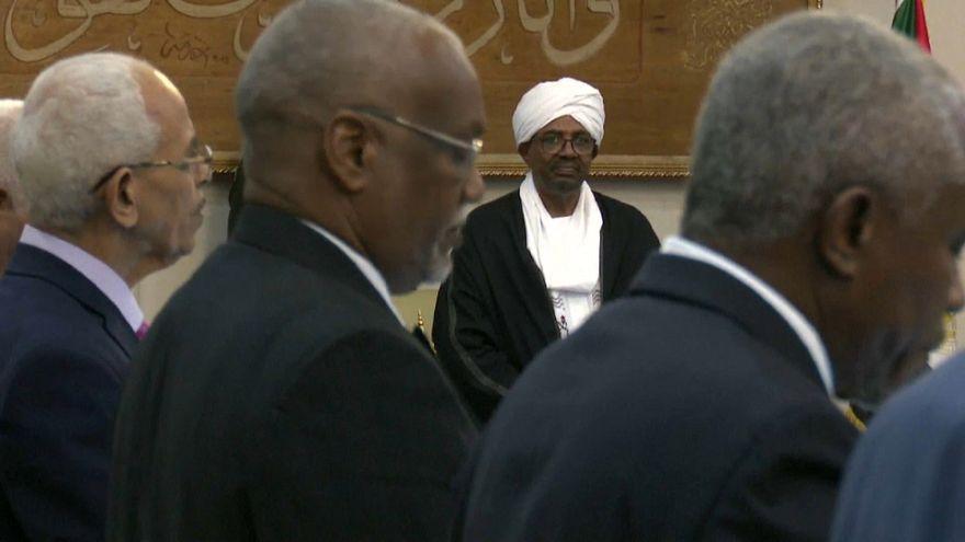 الحكومة السودانية الجديدة تؤدي القسم والبشير يحتفظ بحقيبة المالية