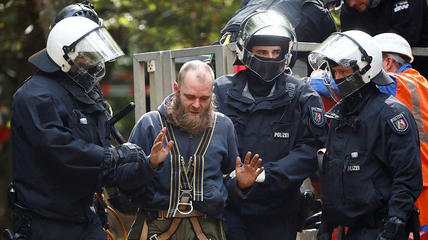 Alman polisinden Hambach Ormanı'ndaki çevrecilere tahliye operasyonu