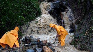 شاهد: رجال انقاذ يحاولون انتشال الجثث بعد إعصار مانكوت في الفلبين