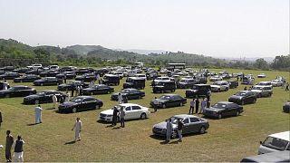 Tasarruf için makam araçlarını satışa sunan Başbakan Khan helikopterle ulaşımı savundu