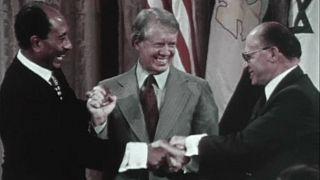 السادات ومناحم بيجن وجيمي كارتر بعد توقيع المعاهدة