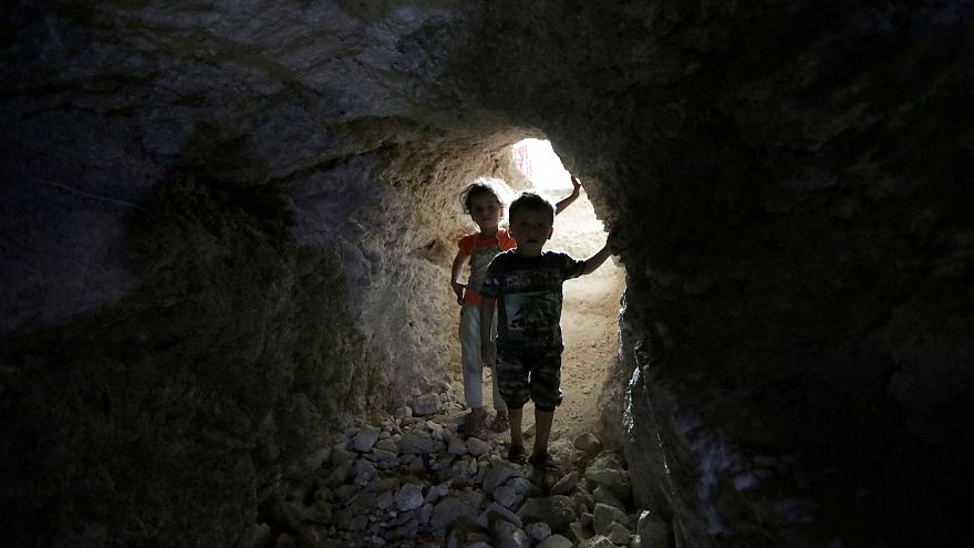 Syrie : les habitants d'Idleb trouvent refuge sous terre