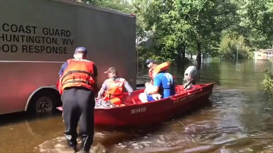 فيديو: جهود قوات الإنقاذ لانتشال العائلات الغارقة بإعصار فلورنس