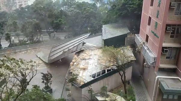 """شاهد الدمار الذي خلفه إعصار """"مانكوت"""" لدى مروره بـ """"هونغ كونغ"""""""
