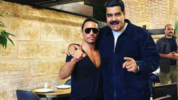 Kıtlık yaşayan Venezuelalılar, Maduro'nun Nusret'te et yemesine isyan etti