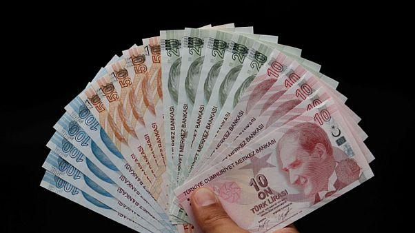 الليرة التركية تتراجع أمام الدولار والمركزي التركي يقر خطوة جديدة لوقف التدهور