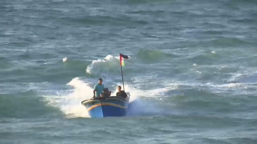 شاهد:على ضفاف بحر غزة المحاصر مواجهات بين فلسطينيين عُزّل وجنود إسرائيليين