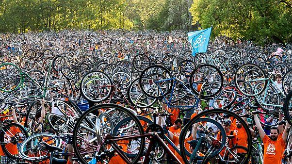 Bringasávos Duna-partért demonstrálnak a kerékpárosok