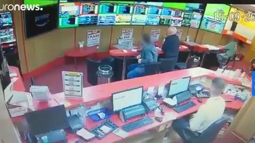 Дедушка спас букмекерскую контору от грабителей