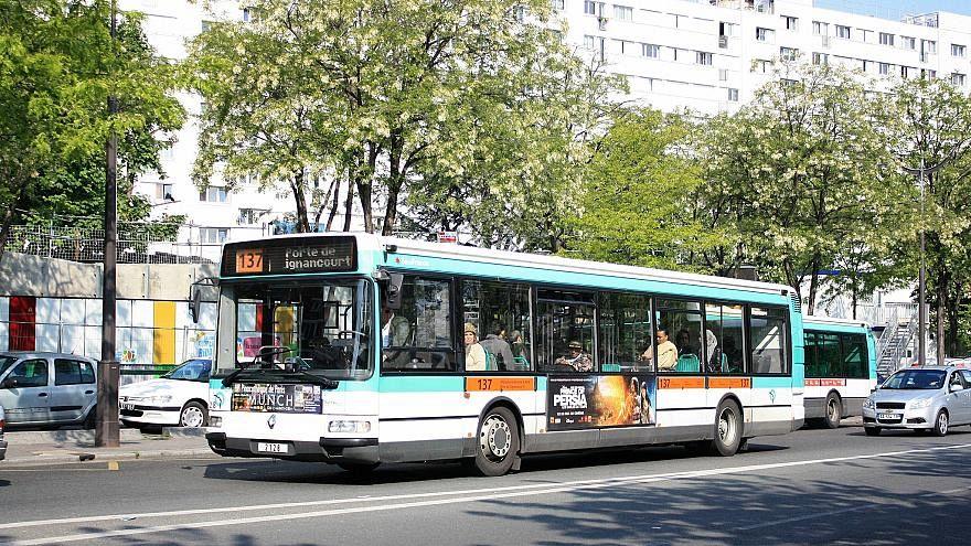 حافلة نقل عام في العاصمة باريس