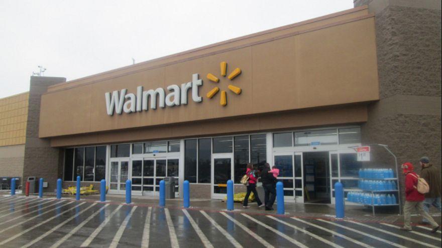 """شاهد: سلوك عنصري لموظفة في أحد محلات """"وول مارت"""" الأميركية بحق سيدة مسلمة"""