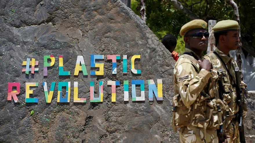 Beszáll a műanyagháborúba a Coca-Cola