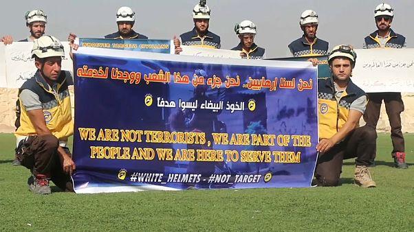 """Siria, a Idlib i """"Caschi bianchi"""" protestanto contro il regime"""