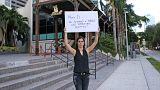 Bir protestocu Miami'deki Nusr-Et lokantası önünde